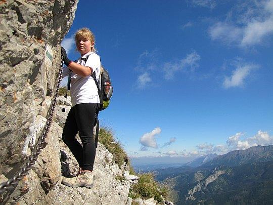 Wspinaczka na szczyt Giewontu. Na skraju przepaścistego zbocza nad Wielkim Upłazem.