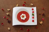 Sopa de frutos rojos con queso fresco y pistachos