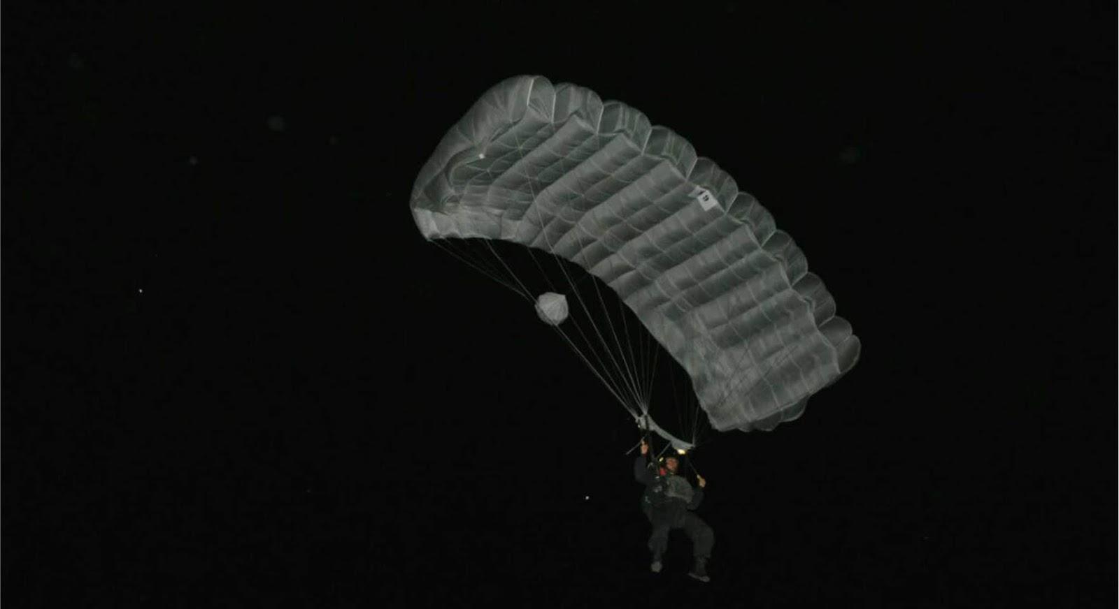 Tingkatkan Kemampuan infiltrasi Brigif Para Raider 3/Kostrad menggelar latihan terjun malam