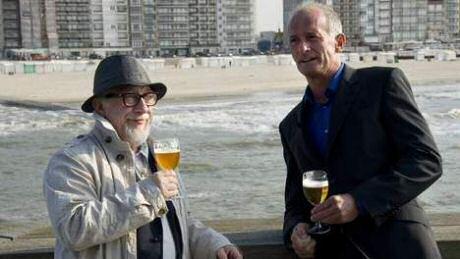 Ray Cokes en Jean Blaute proeven bier op de pier in Oostende voor hun Belgische bieren programma Tournée Générale