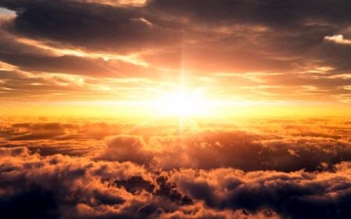 #PraCegoVer: Raios de sol entre nuvens.