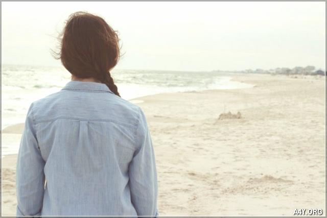 cô gái buồn nhìn ra biển