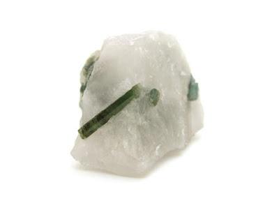 cristal de turmalina verde en roca matriz de cuarzo
