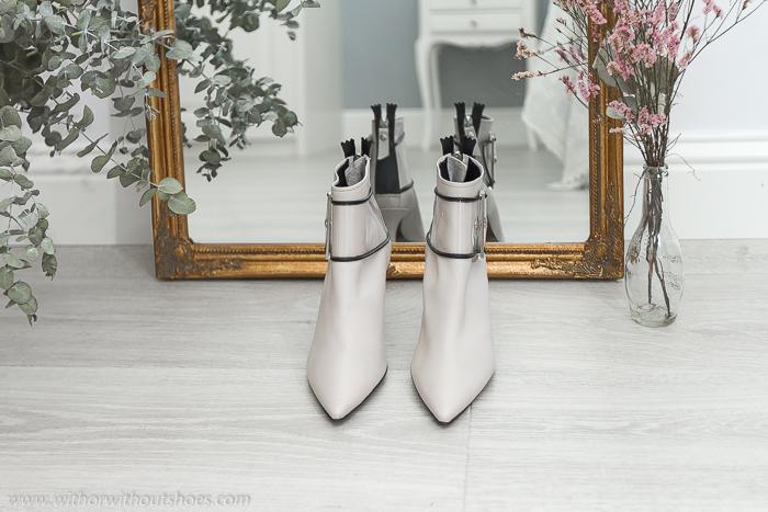 BLog influencer Adicta a los zapatos tendencias en calzado de la temporada a la que no te podrás resistir Los botines de color blanco