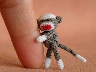 Un pequeño monito o simio miniatura hecho a mano