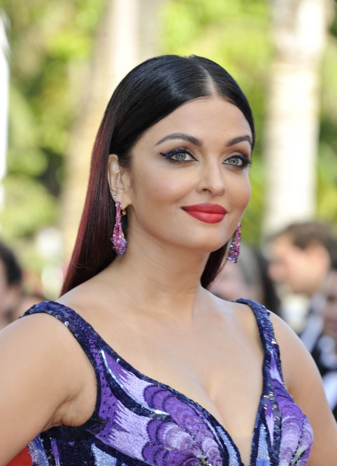Aishwarya Rai Hot Cleavage Photos Girls of the Sun ...