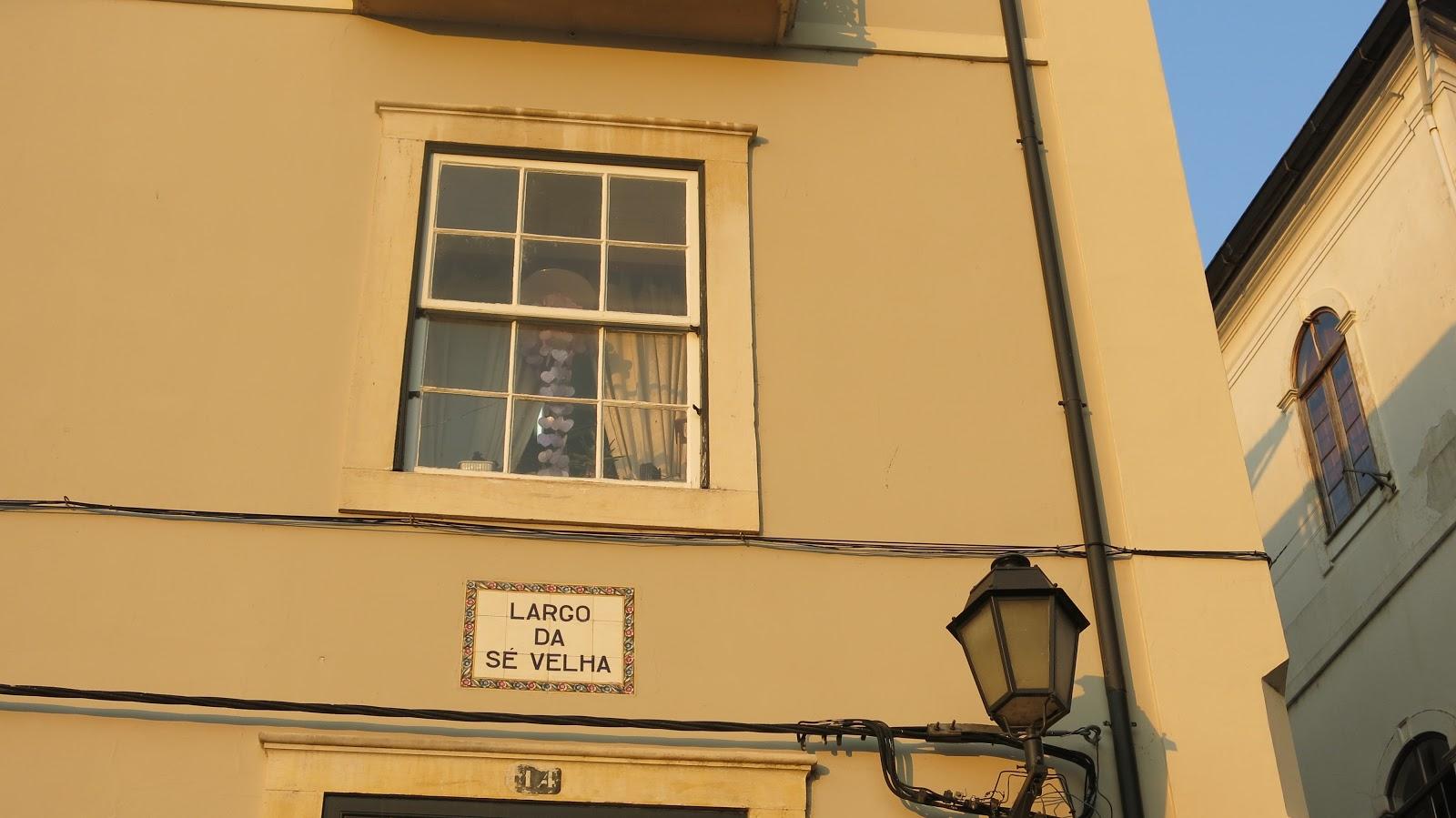 O tradicional, encantador e boêmio Largo da Sé Velha em Coimbra ...