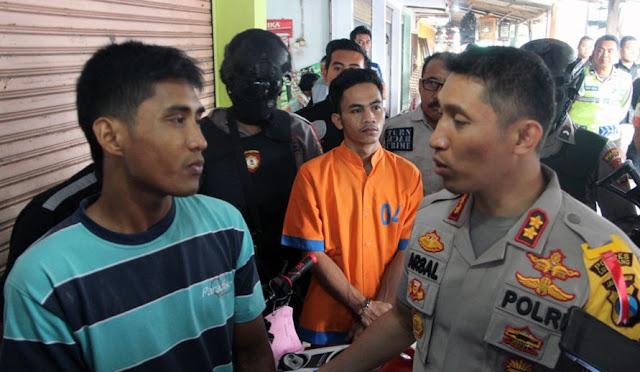 Pelaku saat memperagakan aksinya didepan Kapolres Lumajang