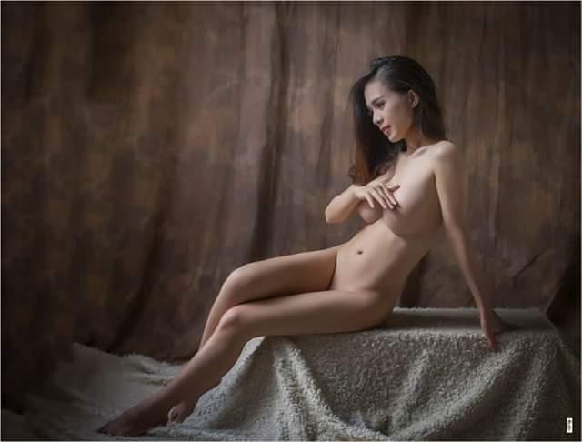 Mẫu nude Ngọc Trinh khoe dáng nóng bỏng