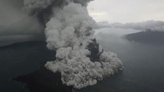 Gunung Anak Krakatau di Selat Sunda - Foto/KOMPAS