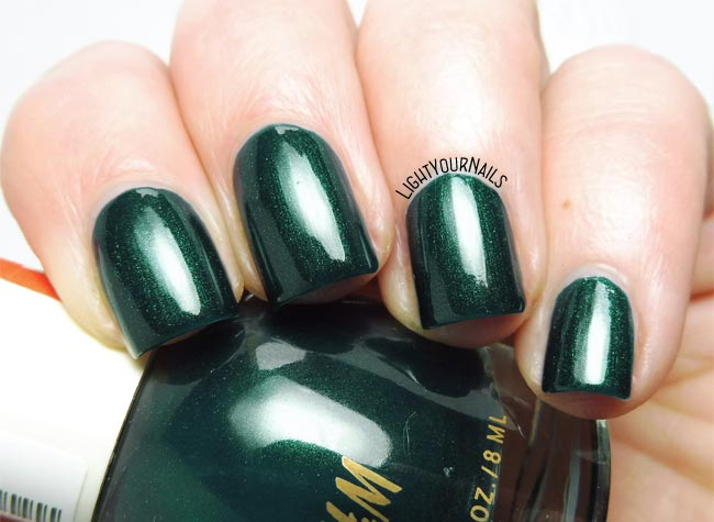 Smalto verde scuro H&M Scarab dark forest green shimmery nail polish swatch
