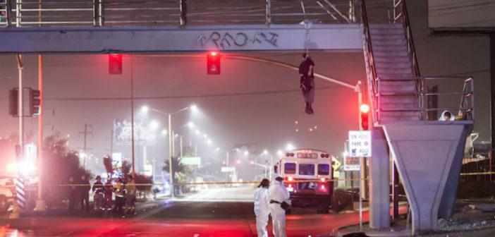 Tijuana, Como en los viejos tiempos, Cuelgan cadáver en puente y dejan narcomensaje