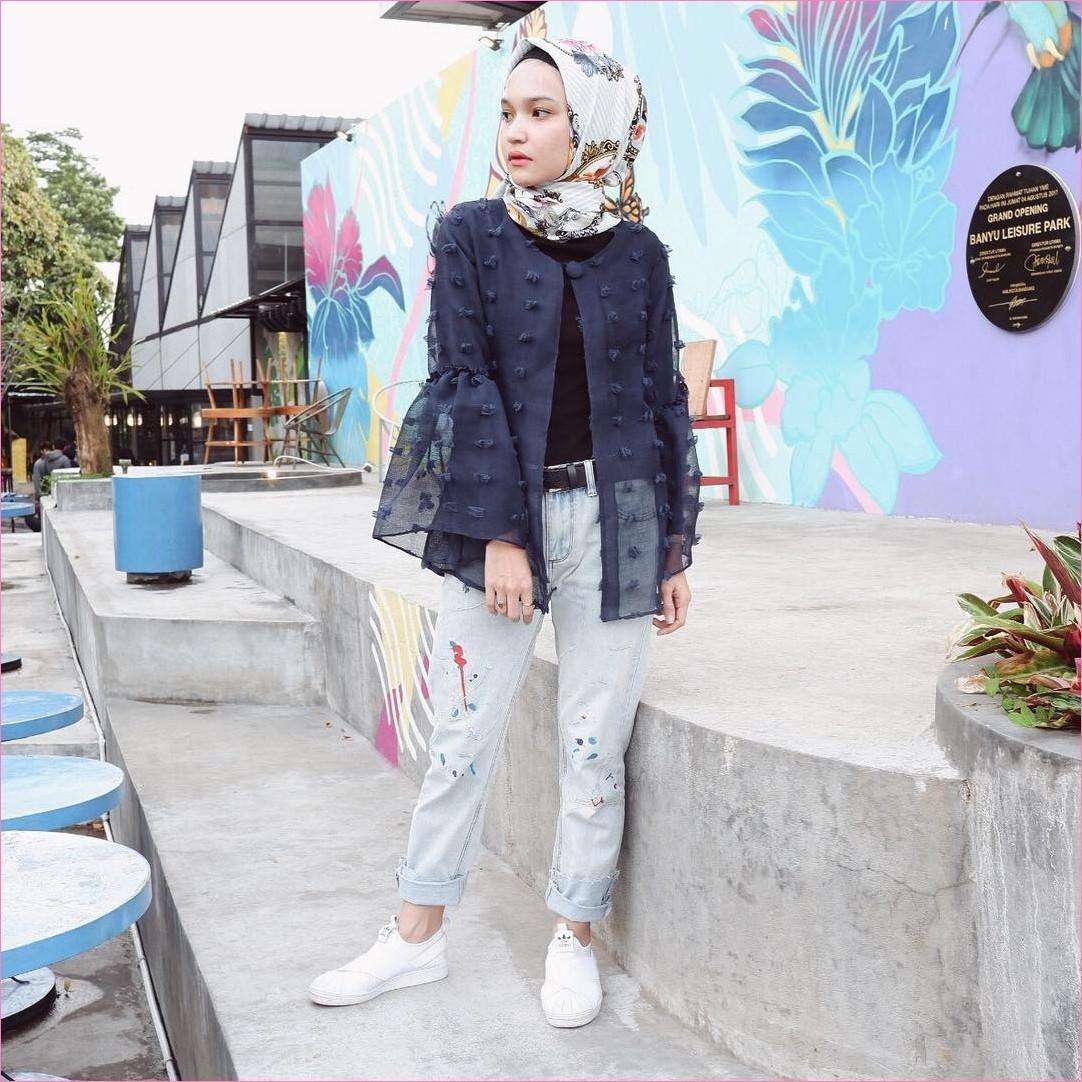 Outfit Celana Jeans Untuk Hijabers Ala Selebgram 2018 mangset hitam outer ruby bulu biru dongker kerudung segiempat hijab square bermotif bunga pants jeans denim sneakers kets putih ikat pinggang ootd trendy