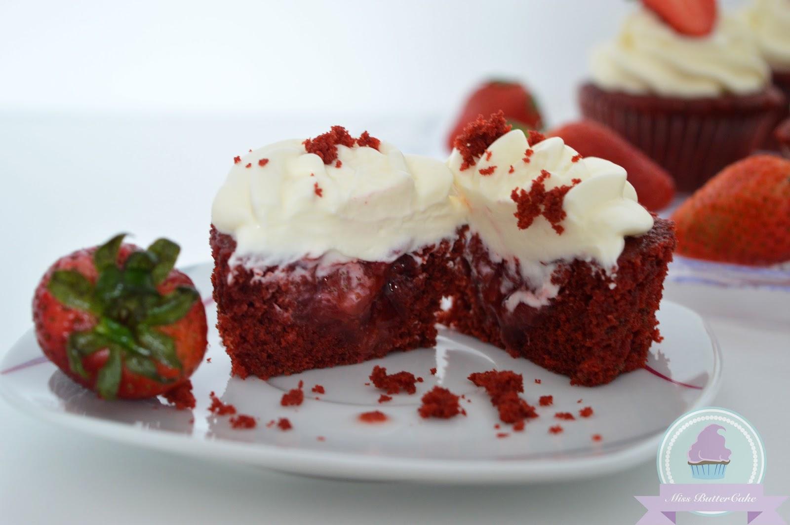 miss buttercake red velvet cupcakes mit erdbeerf llung. Black Bedroom Furniture Sets. Home Design Ideas