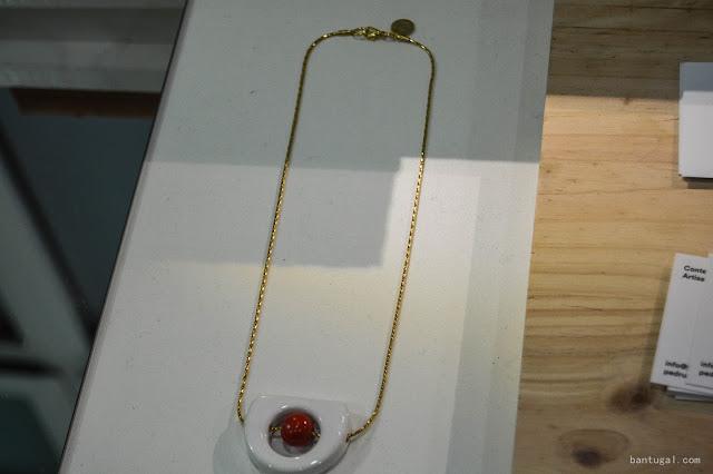 collar blanco con esfera roja de pedrusco en el designroom x resa Bilbao 2016,