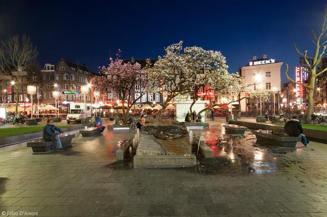 Rembrandtplein di notte-Amsterdam