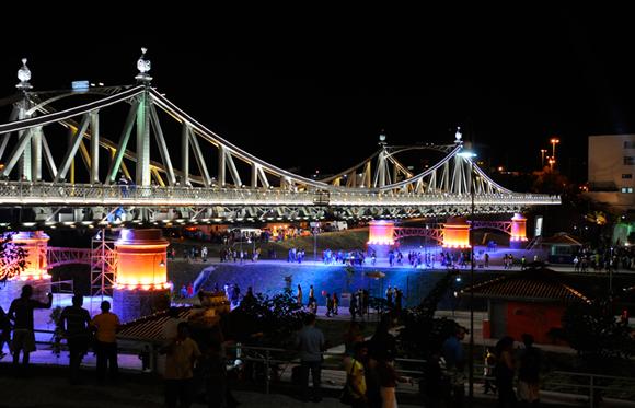 Vista noturna da Ponte metálica Benjamin Constant