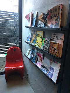 雑誌と椅子