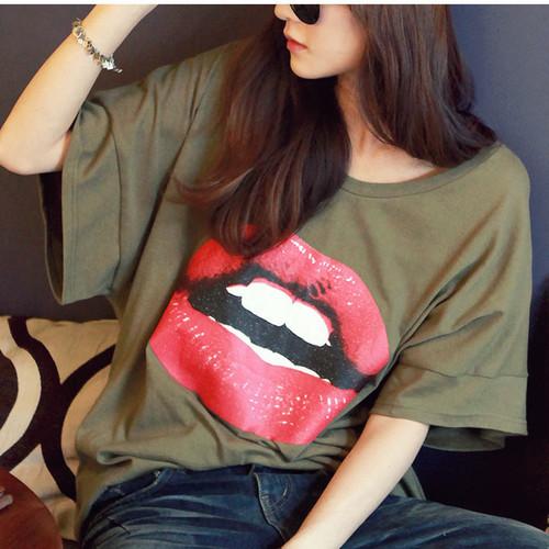 camisa verde; camisa verde militar; camisa de boca; batom vermelho