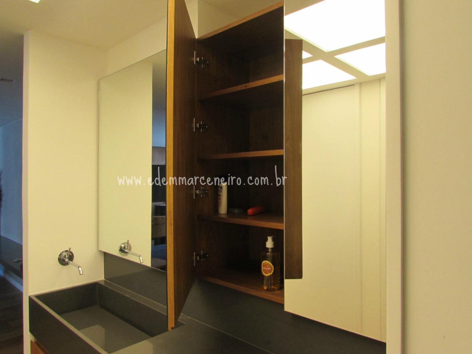 As portas instaladas com dobradiças de pressão é aberta por um  #A67625 1552x1164 Armario Banheiro Superior