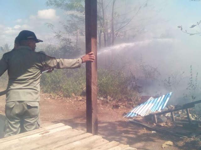 Cornelis  Belay Awasi Pemadaman Kebakaran Lahan di Kantor Dinas Dukcapil MTB