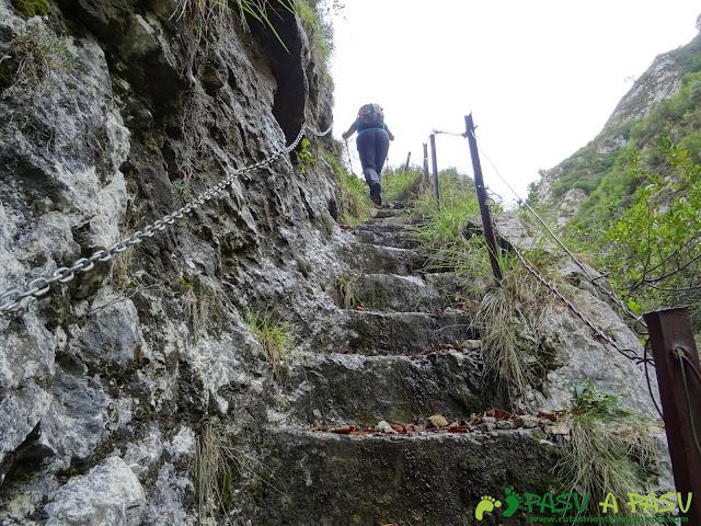 De Urdón a Tresviso: Escaleras con cadenas