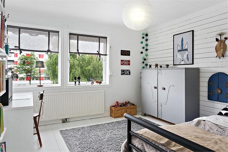 dormitorio infantil juvenil niño estilo nordico decoracion nordica muebles ikea alfombra guirnalda luces blanco interiorista barcelona alquimia deco