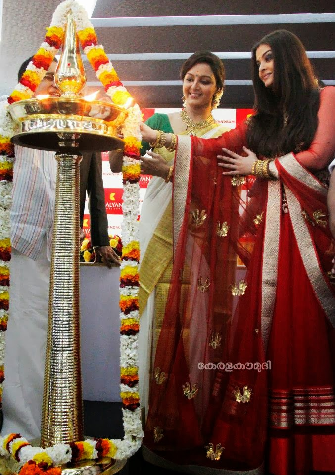 Aishwarya rai and manju warrier inaugurating kalyan for Hm diwan jewellers