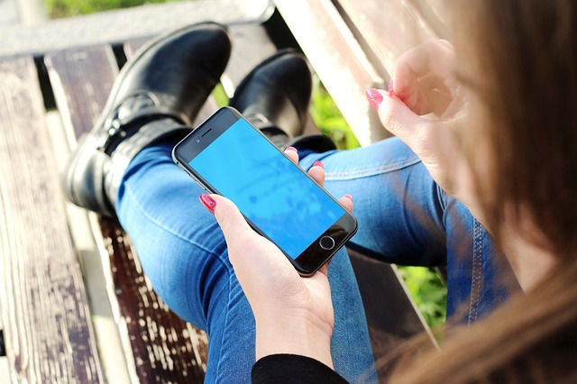 Begini Cara Mengisi Ulang Baterai Ponsel yang Benar