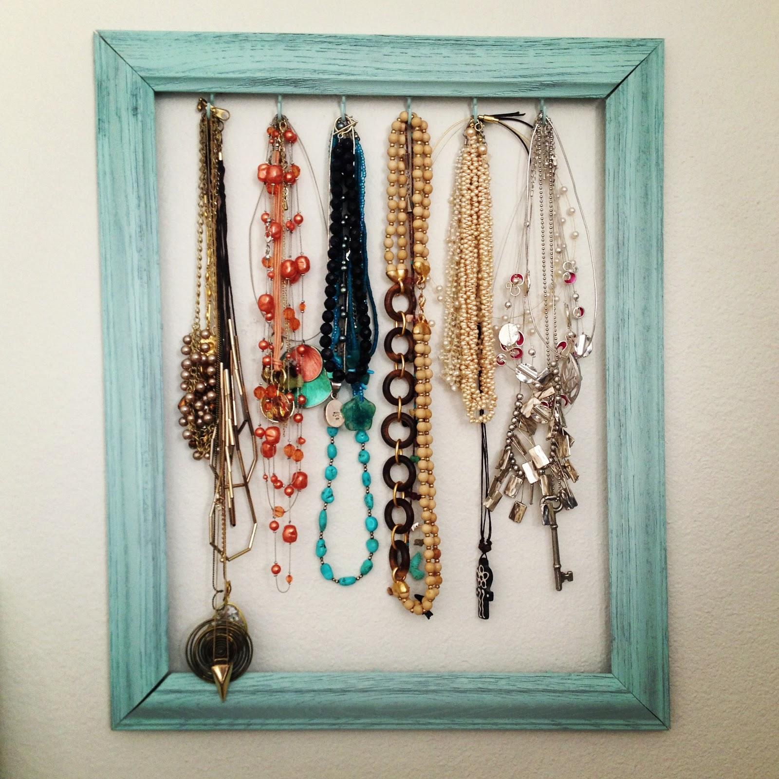 mountains & mode: DIY: Frame Necklace Holder