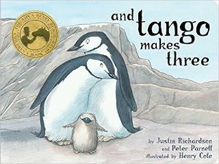 And Tango makes three es una historia inspirada en los pingüinos macho del zoo de Nueva York, que hacen su nido juntos.