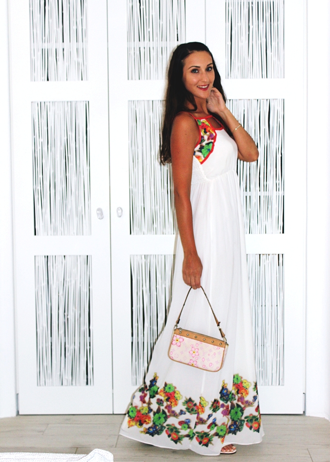 Best holiday looks.White maxi dress with floral print.Bela duga haljina sa cvetnim printom.