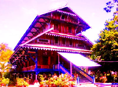 Rumah adat Sulawesi Tenggara disebut juga Malige. Bangunan tersebut berbentuk panggung terdiri dari tiga lantai. Pada kiri kanan lantai dua ada ruang tempat penenun kain yang disebut bate.