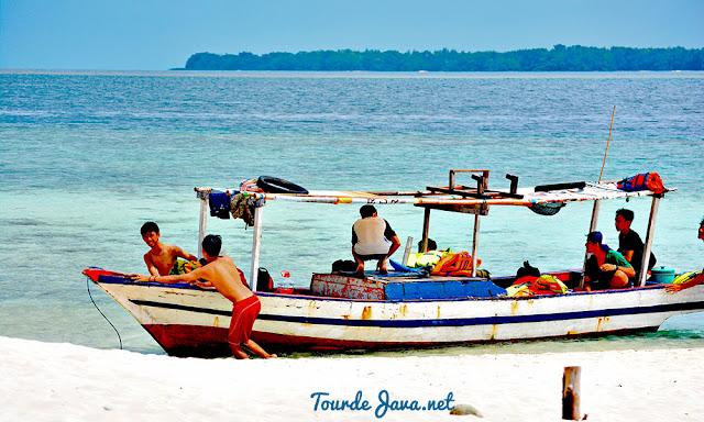 perahu wisata bersandar di pulau perak - wisata pulau harapan
