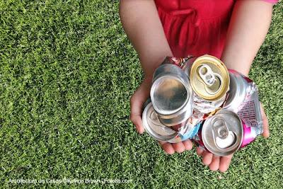 Latas usadas de bebidas para desechar