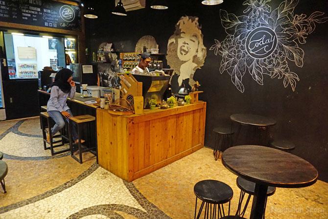Ruang kedai kopi lumayan banyak kursi