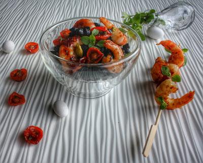 insalata di ceci neri con gamberi e pomodorini al miele.
