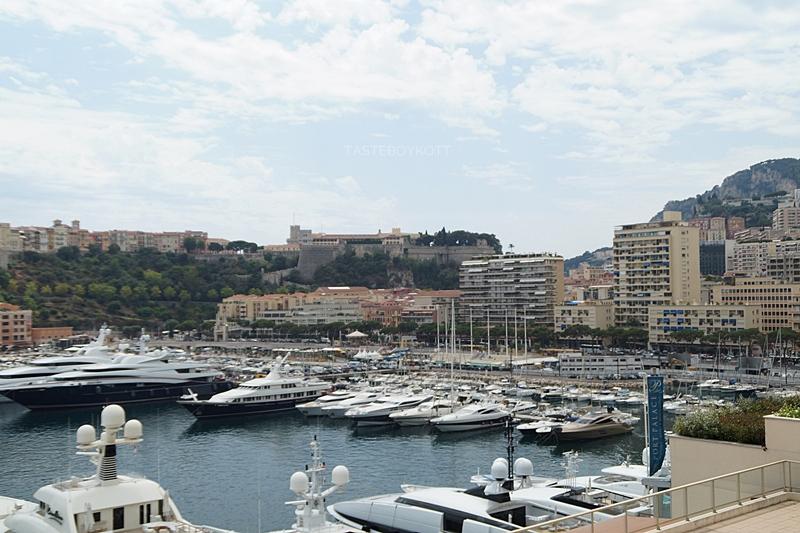 View over Monaco harbour in summer // Blick über Monacos Hafen im Sommer