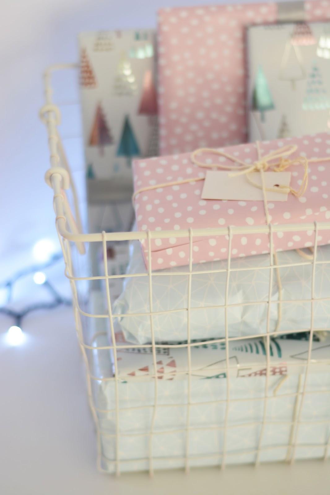 biały druciany kosz ikea, pastelowy papier Ikea Vinter