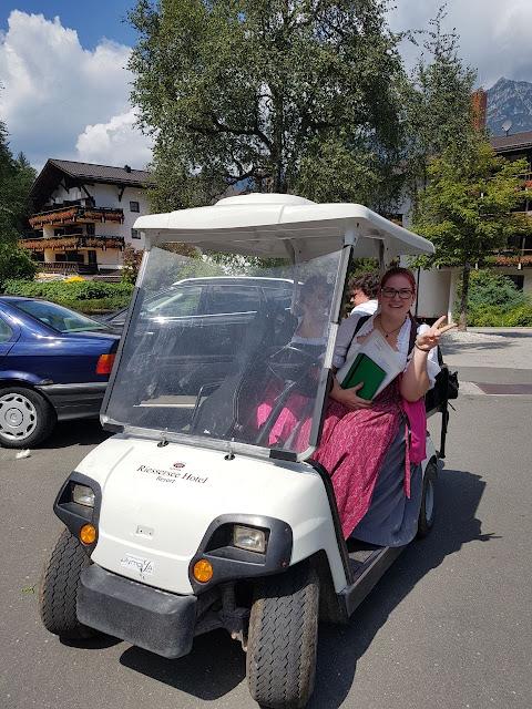 Golfcart Shuttle Pink travel themed wedding - Reise ins Glück Hochzeitsmotto im Riessersee Hotel Garmisch-Partenkirchen, Bayern Sommerhochzeit im Seehaus in den Bergen, Hochzeitsplanerin Uschi Glas