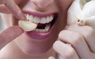 Makan Bawang Putih Mentah