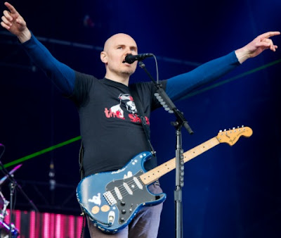 Foto de Billy Corgan cantando en concierto