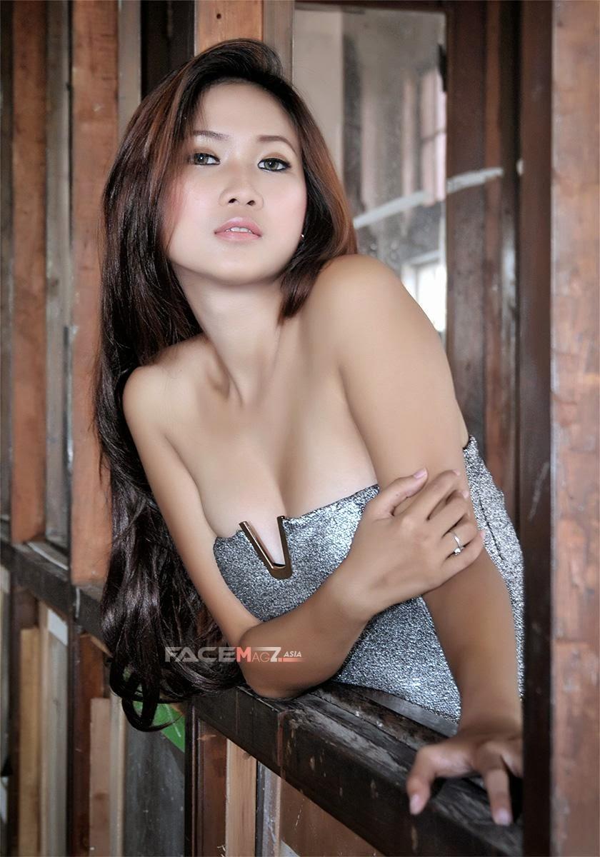 Amalia Anggraini Berpose Seksi Tanpa Bra Belahan Payudaranya Jelas Terlihat