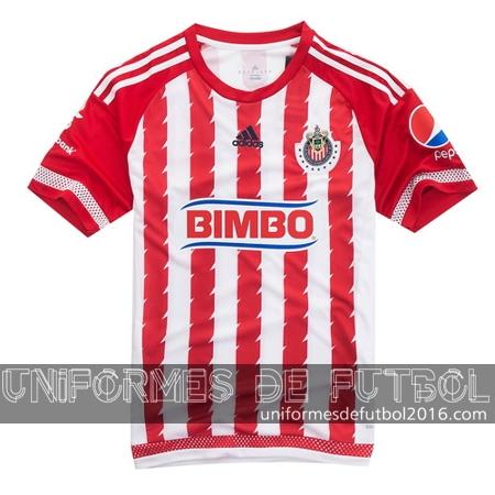 5ac5c5f373ba6 El nuevo local para uniforme del Chivas 2015 16 cuenta con un diseño rojo y  blanco único rayas verticales en el frente y la parte posterior de la camisa .
