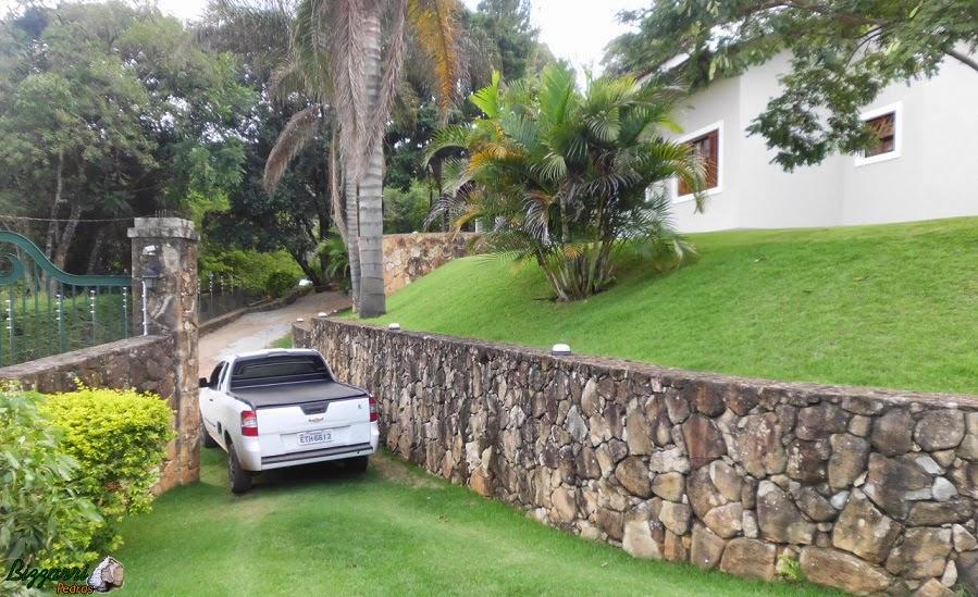 Nesse sítio em Atibaia-SP executamos a construção da residência com a construção do muro de pedra.