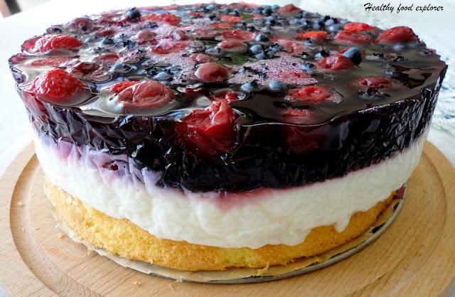 Lekki tort z masą, owocami i galaretką
