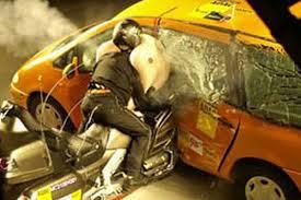 Un muñeco de pruebas montado en una moto se estrella brutalmente contra un coche