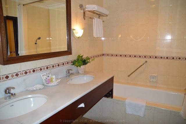 Keadaan bilik air yang sangat eksklusif di bilik Presidential Suite Hotel Klana Resort Seremban