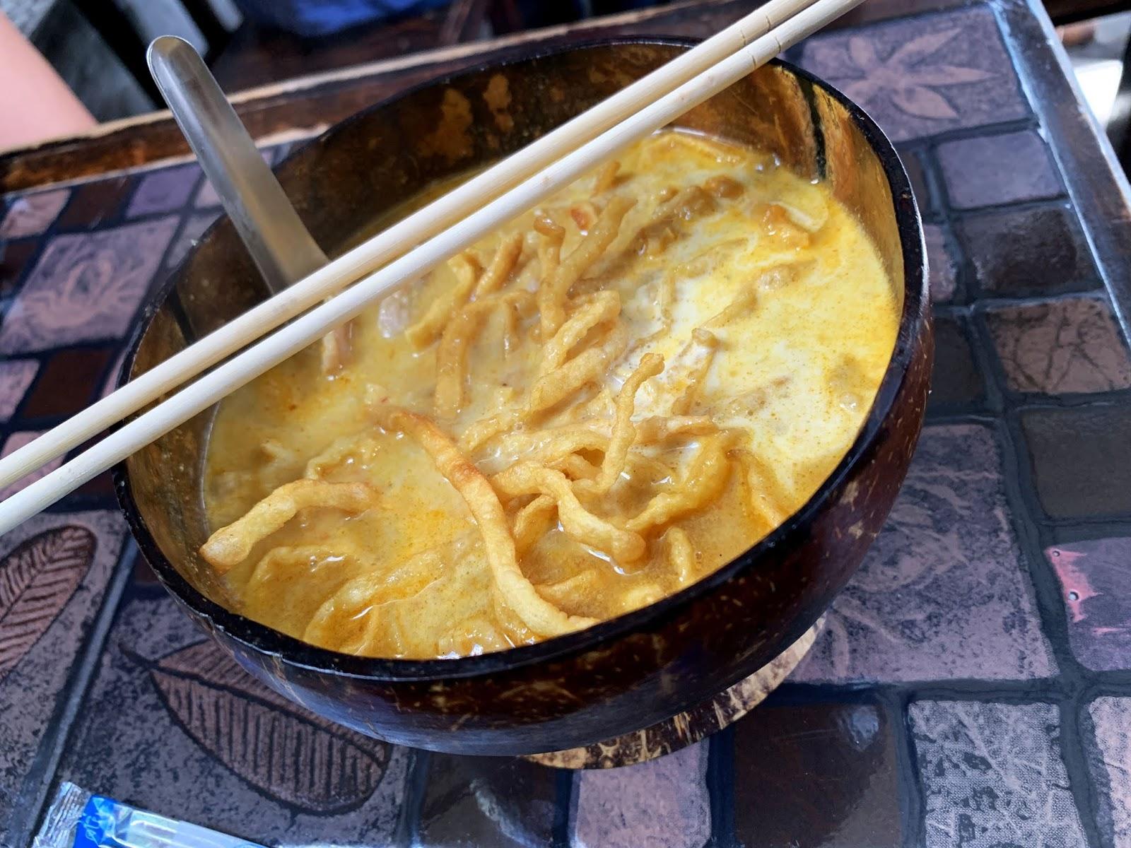 Khao Soi - Pyszna zupa z chrupiącym makaronem prosto z regionu Chiang Mai w Tajlandii