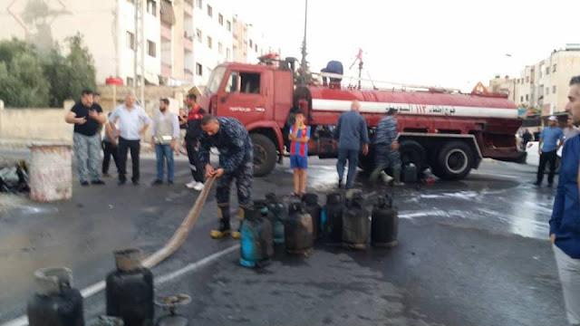 بالصور فوج إطفاء السويداء يخمد حريقاً نشب بمحلين في حي القلعة.